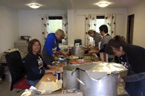 Bygdefolket ordnar med maten og får inntekter til veglys i bygda. Alle foto: Privat