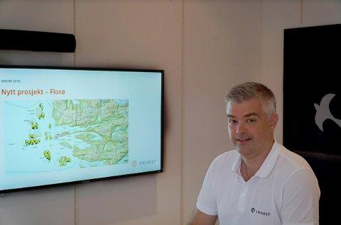 Ole Ingar Haaland i Enivest. På kartet ser ein kor kundane bur.