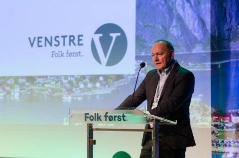 Fylkesleiar Jan Henrik Nygård på talarstolen under Venstre sitt landsmøte på Gardermoen.