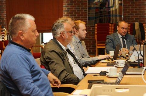 FELLESNEMNDA: Frå møtet i Fellesnemnda i førre veke. Rolf Domstein (t.v.), Edvard Iversen, Ola Teigen, Jon Even Kvalheim Myre (prosjektmedarbeidar i Kinn) og prosjektrådmann Terje Heggheim.
