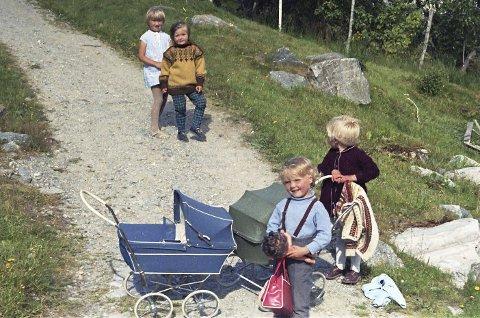 LEIKA MED DUKKER: Bak f.v. Rita-Janne Hauge, Mariann Hauge, Anne Irene Hauge og Evy Anita Grotle. Foto: Olav Hauge.