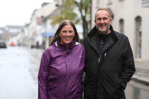 SPENTE: Lena Grimsrud og Lars Trovik hiv seg rundt og vil gripe moglegheita for å få til noko i Lars sin heimby. – Det har skjedd mykje bra i Strandgata, og kan vi bidra til at den blomstrar vidare, er det veldig kjekt, synest Lars.