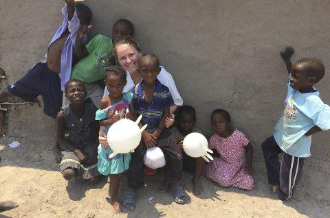 Emilie Næss går tredjeåret på sjukepleiarutdanninga i Førde og har valt å ta fordjupningspraksisen sin i Afrika.