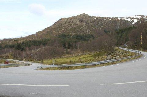 Denne svingen, kjent som Vågesvingen, vil dele riksveg 609 i to namn. Vegen til venstre her vil heite Førdefjordsvegen, den som går mot høgre vil heite Stongfjordvegen.