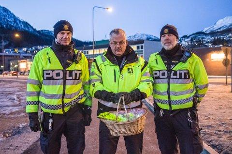 REFLEKS: UP og NAF stod tysdag 28. november utanfor Øyrane vidaregåande skule og delte ut refleksar. F.v.: Inge Værøy (UP), Leif Bell (NAF) og Einar Vereide (UP).