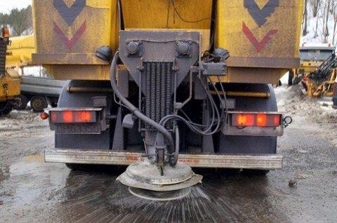 SKRUR IGJEN: Det skal bli mindre salting på vegane våre i åra som kjem, men det skal ikkje gå ut over sikkerheita, lovar Statens vegvesen
