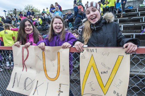 Heia nøkleby! Disse jentene var tre av mange som skapte herlig stemning på tribunen gjennom hele dagen. Elham Zarhaee (fra venstre), Inger-Marie Hoel og Jenny Andrea Svendsen heiet frem klassen sin: 7A på Nøkleby skole.