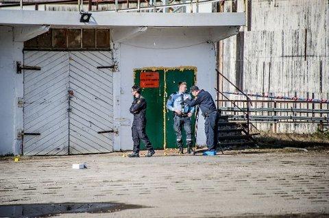 MANDAG FORMIDDAG: Politiet undersøker forholdene rundt stedet der avdøde ble funnet.