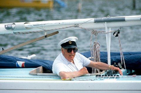 Folkelig monark: Kong Olav  på plass i Hankøsundet for å delta i Hankøs tradisjonelle Pokalseilas og europamesterskapet i seiling i 1988. Her er han ombord i seilbåten «Norna XII».