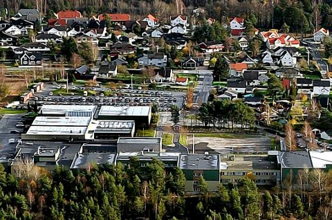 Skolebygget er rustet opp til å romme 1200 videregående-elever. Da er det dumt å gjøre den om til ungdomsskole for 600 elver, mener Lerfald-Hansen.