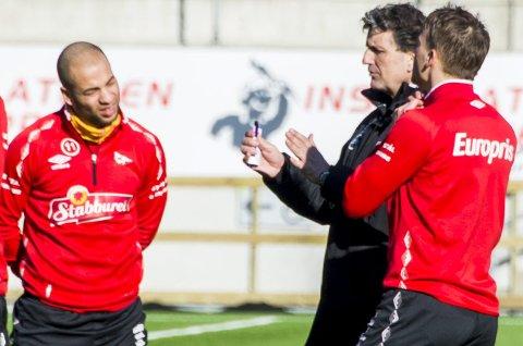 POSITIV: Kristian Brix (til venstre) håper på en ny opptur når FFK til søndag reiser til Kongsvinger. Her er midtbanespilleren i samtaler med Jan Halvor Halvorsen.