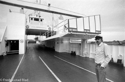 Før tunnelen, 1986: Bilfergen ''Hvalerfergen III'' er tilbake i trafikk mellom Skipstadsand og Korshavn på Hvaler etter å ha blitt forlenget med 8,5 meter og fått påmontert hengedekk: Matros Oddvar Jacobsen ombord i ferga som nå har plass til 55 biler. Foto: Jan Erik Skau, FB 28.07.1986