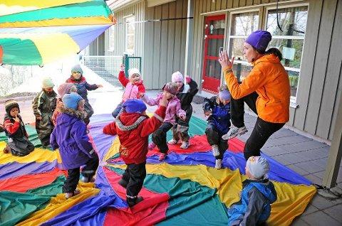 Moro, men tøft: Hverdagen i barnehagene innebærer mye lek og moro, men samtidig er sykefraværet blant ansatte i kommunale barnehager høyt. Her under et yoga-arrangement i Torsnes barnehage fra tidligere. (Arkivfoto: Geir A. Carlsson)