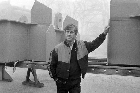 KJØPTE HØIAX: I 1984 kunne Fredriksstad Blad melde at Ole Chr. Buskoven slutter i jobben som produksjonssjef ved FMV og tar over som eier og daglig leder av Høiax A/S. Stålkonstruksjonen han var avbildet foran, skulle skipes fra FMV til Benin.
