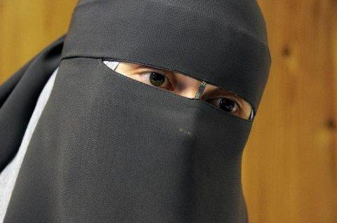 Leyla Hasic bruker det heldekkende ansiktsplagget nikab. Hun innvandret til Norge fra Bosnia og er i dag troende og praktiserende muslim