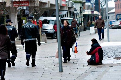VIL HA FORBUD: Anita Vik (Frp) vil ha med politikerkollegene i bystyret på å få rådmannen til å legge frem en sak med tanke på et forbud mot tigging i Fredrikstad.