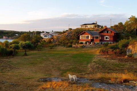Hovedhuset fotografert fra gress-sletten innenfor vollen som utgjør forsvarsverket svenskene tok i 1814.