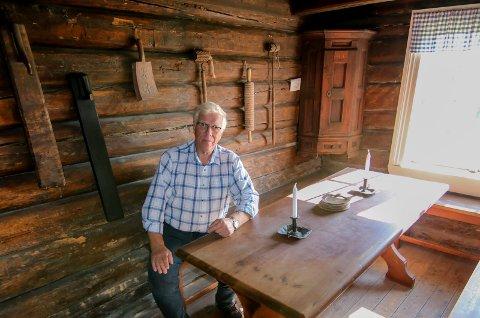 Kjøkkenet: Svein Høiden forteller at kjøkkenet med grua var samlingspunktet i huset. Der ble det gjerne fyrt året rundt. Museet har fått låne en del ting til huset.
