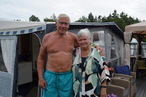 I 36 år har Rolf og Sidsel Østerbø brukt somrene til camping ved Enhuskilen. De forstår ikke hvorfor campingplassens brukere  ikke får ha vognene stående der hele året. Bilde fra reportasje i Fredriksstad Blad i fjor sommer.