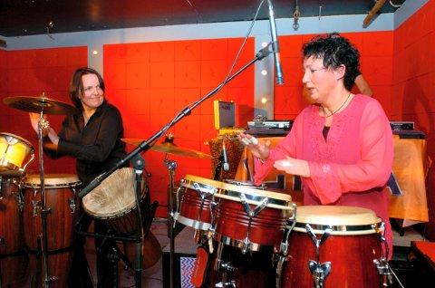 Skeive Dager på Hawk 2005: Et arrangement for alle byens homofile og lesbiske, het det i bildeteksten i Fredriksstad Blad. Vera Danielsen (til høyre) var både DJ, arrangør og trommeslager under showet.