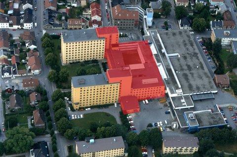 Sier ja til riving: Forslaget fra planutvalgsleder Rune Fredriksen innebærer at de to høyblokkene kan påbygges, mens bygningene merket i rødt rives. De øvrige delene av det tidligere sykehuset på bildet blir trolig også  revet. Trerekken mot Fergestedsveien og parken mellom blokkene skal bevares. Illustrasjon: Lill Mostad