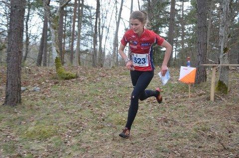 Marie Olaussen på vei inn til veksling som det andre av 330 lag på stafettens tredje etappe.