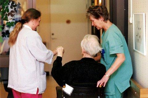 Stor mangel: Allerede i dag mangler det flere tusen sykepleiere. Om noen år anslås behovet å bli enda større. Samtidig er det mange tusen studenter som ikke får plass på sykepleierstudiet.