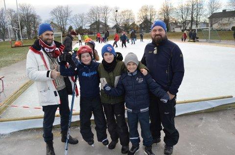 – KULT!  Lars Larsen (11, nummer 3 fra venstre) synes det er skikkelig kult med isbane på Kongsten og håper på isfotball på neste fotballtrening. Her sammen med pappa Jon-Anders Larsen (Kongsten Idrettsforening, fra venstre), Sander Solbrække (10),  Martin Bergstrøm (10) og Magne Solbrække (Gudeberg lokalsamfunnsutvalg).