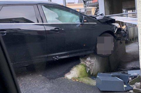 KRÆSJ: Bilen ble stående med det ene hjulet ut over en betongkant etter hendelsen.