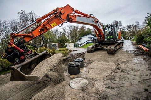 Tok jobben: I Hestehagen var det såpass store skader og dårlig stelt at vann/avløp ble tatt i samme slengen som gravemaskinen var der.  Thomas Høyum sitter i gravemaskinen.