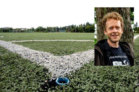 ØNSKER NATURGRESS: Jonas Qvale, gruppeleder i Bymiljølista, har fremmet et forslag om å utrede nye gresstyper som kan tåle høy bruk her i distriktet. Dette er det flertall for blant posisjonspartiene.