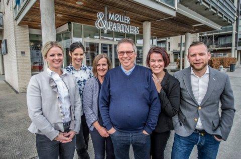 Nye koster: Tormod Møller (i midten) har solgt meglerfirmaet til Dag Thomas Svendsen (til høyre), Henriette Knold Andersen og Caroline Holmskau (de to til venstre). I fjor flyttet de kontoret til Kråkerøy, noe som fikk konsekvenser for regnskapene.