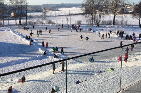 Populært: Både skøytebanen og utlånet av skøyter har vært svært populært blant Karlshus-elevene den siste tiden.