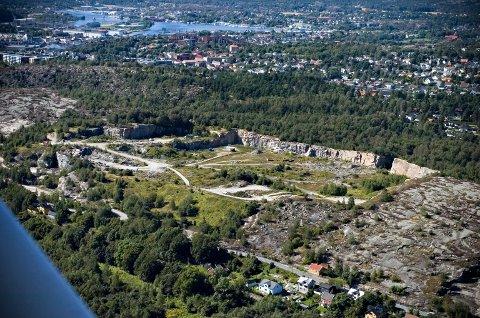 Blir deponi og riggområde: Kiæråsen-gropa skal fylles opp med sten fra jernbanetunnelen. Her er det plass til en million kubikkmeter. Området har ligget brakk siden stenuttaket opphørte. (Arkivfoto: Erik Hagen)