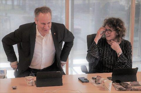Fikk grønt lys: Ordfører Jon-Ivar Nygård fikk lov til å sette seg ved bordet, da formannskapet skulle vedta å gi 600.000 kroner til turnhallen. Varaordfører Kari Agerup la frem forslaget om pengestøtte. (Foto: Øivind Lågbu)