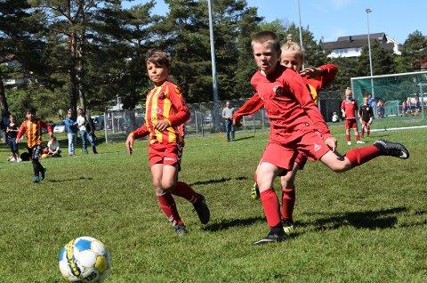 TENNING: Det føres hverken resultat eller tabell, men ungene viste allikevel konkurranseinstinkt. Her er det Rolvsøy og Trosvik som møtes i G09-klassen.