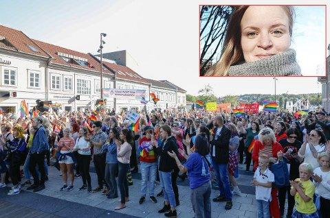 Slik så det ut da Pride-deltakerne samlet seg på Stortorvet etter paraden i fjor. Nå blir kirken med, forteller Kristin Buckholm, undervisningsleder i Glemmen menighet (innfelt).