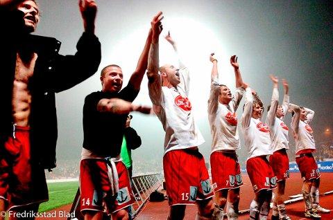 Det var enorm jubel blant FFK-spillere og tilhengere etter 3-1 seieren over Start på Kristiansand stadion. FFK berget plassen i eliteserien i tidenes fotballthriller i siste serierunde. Foto: Jan Erik Skau, 29.10.2005