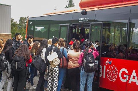Fulle busser har vært et omdiskutert tema ved flere anledninger. Dette bildet ble tatt i august, utenfor Greåker videregående skole.