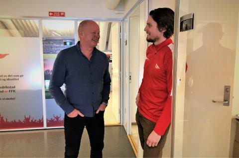 TAKKER FOR SEG: 31. mars har Per-Mathias Høgmo sin siste arbeidsdag på Fredrikstad Stadion. Her i prat med daglig leder Joacim Heier.