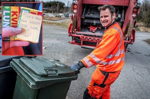 Søt hilsen: Renovatørene i kommunen får både sjokolade og gode ord på veien. Martin Johansen setter pris på det.