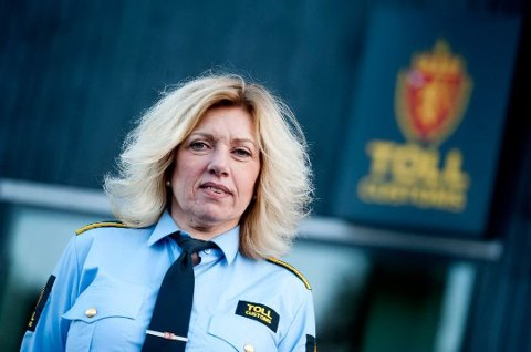 LITE TRAFIKK: Seksjonssjef Wenche Fredriksen forteller at det veldig får personbiler som passerer Svinesund-brua om dagen.