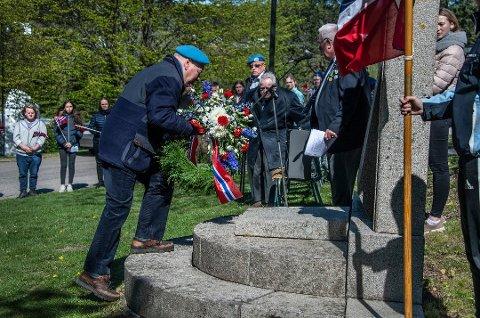 Ikke som i fjor. Markeringen av frigjøringsdagen 8. mai blir i år helt annerledes enn de foregående år. Dette bildet er fra markeringen i fjor ved Gressvik kirke. Det er FN-veteran Øyvind Thorbjørnsen som legger ned krans ved minnebautaen.