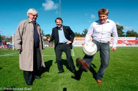 "Knut Torbjørn Eggen, Nils Arne Eggen og Jens Olav Simensen lanserer sin nye bok ""Godfot-arven"" på Fredrikstad stadion. Foto: Geir A. Carlsson, 19.09.2005"