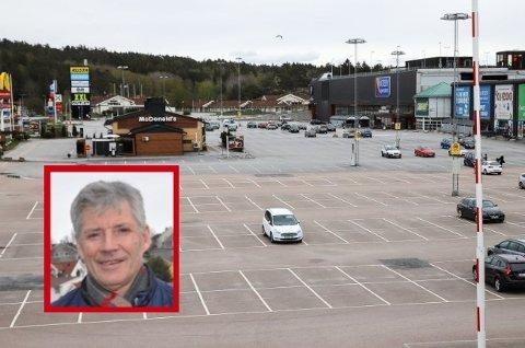 ØDE: Den vanligvis så folksomme parkeringsplassen utenfor Nordby Shoppincenter bærer preg av stengte grenser. Fredrikstad-mannen Johnny Holberg er en av butikkdriverne i senteret, og han nekter å la seg korona-knekke.