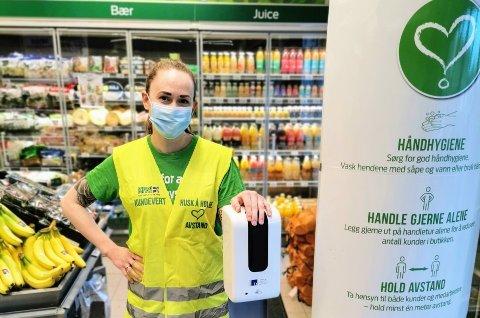 Butikksjef Kamilla Levvel ved Kiwi Kråkerøybrua og ansatte i andre dagligvareforretninger forbereder seg på folks storhandel inn mot påske de nærmeste dagene.