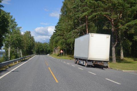 Hengeren blokkerer for både utsikten over Femsjøen og hovedveien.