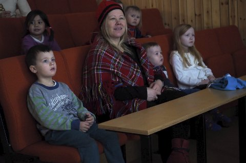 Eventyrstund: Ungene i Drag barnehage var helt stille og fulgte spent med på de samiske eventyrene da samenes nasjonaldag ble feiret på Arran. Alle foto: Ann-Kristin Hanssen