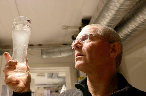 FORURENSET: Slik så vannet ut som flommet ut av øyeklinikken som Jens Kratholm drev. Etter hvert fikk han påvist en farlig bakterie i vannet.