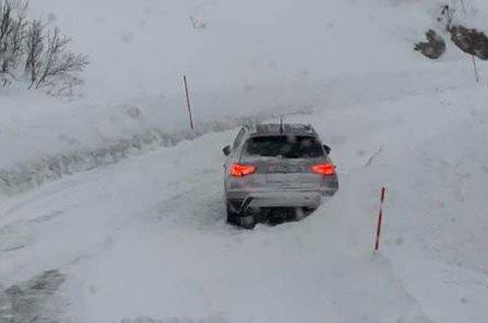 SPERRET VEIEN: Brøytebilen kom seg ikke forbi bilen som sto forlatt og med nødblinken på midt i svingen.